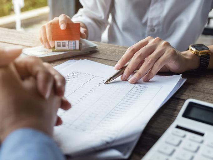Evaluación y requisitos de crédito hipotecario para personas interesadas en invertir en terrenos o viviendas